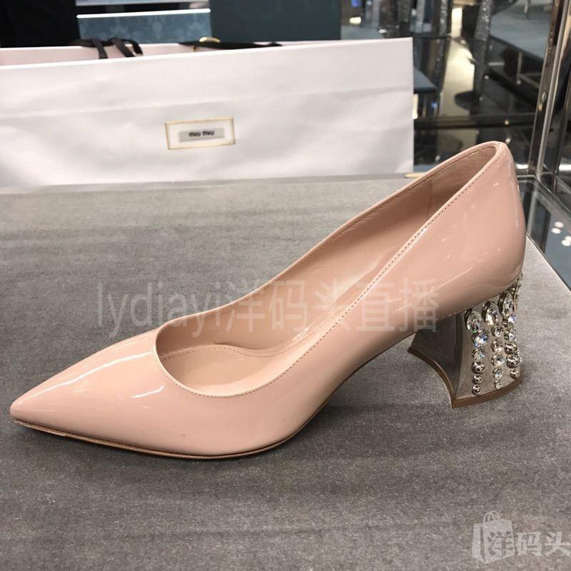 17春夏新款原价代 miumiu裸粉色水晶中跟尖头高跟鞋。